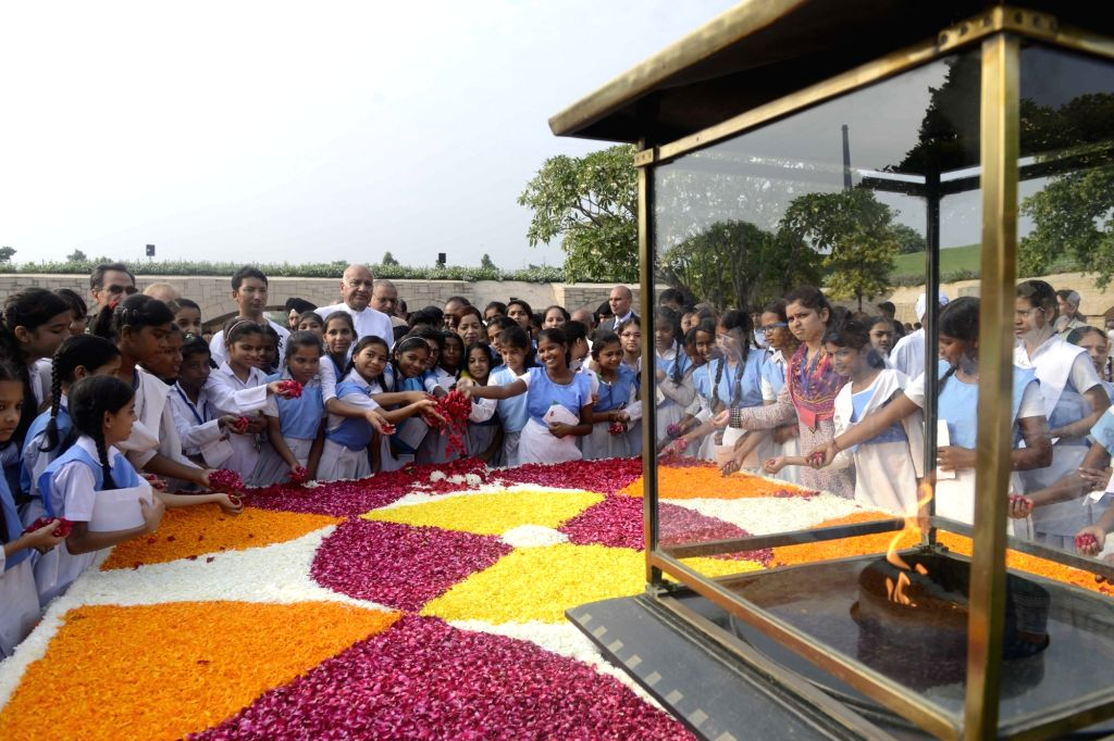 Children pay tribute to Mahatma Gandhi on his birth anniversary at Raj Ghat in New Delhi on Oct 2, 2016.