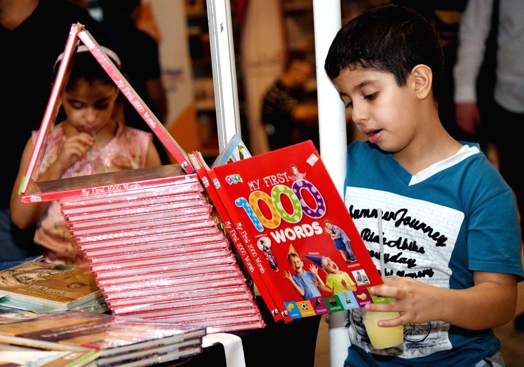 Children read books.