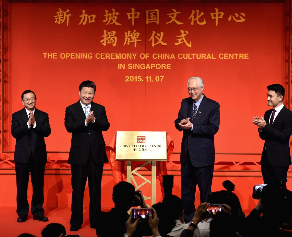 :Chinese President Xi Jinping (2nd L) and Singaporean Emeritus Senior Minister Goh Chok Tong (2nd R) inaugurate the China Cultural Center in Singapore, Nov. 7, ... - Lee Hsien Loong