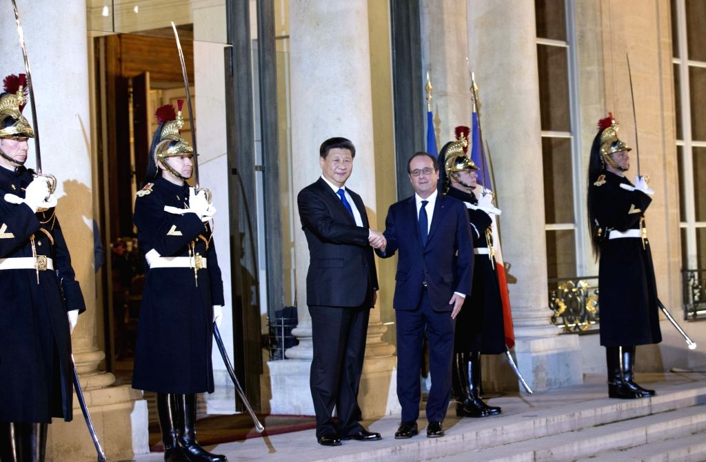Chinese President Xi Jinping (3rd L) meets with French President Francois Hollande in Paris, France, Nov. 29, 2015.