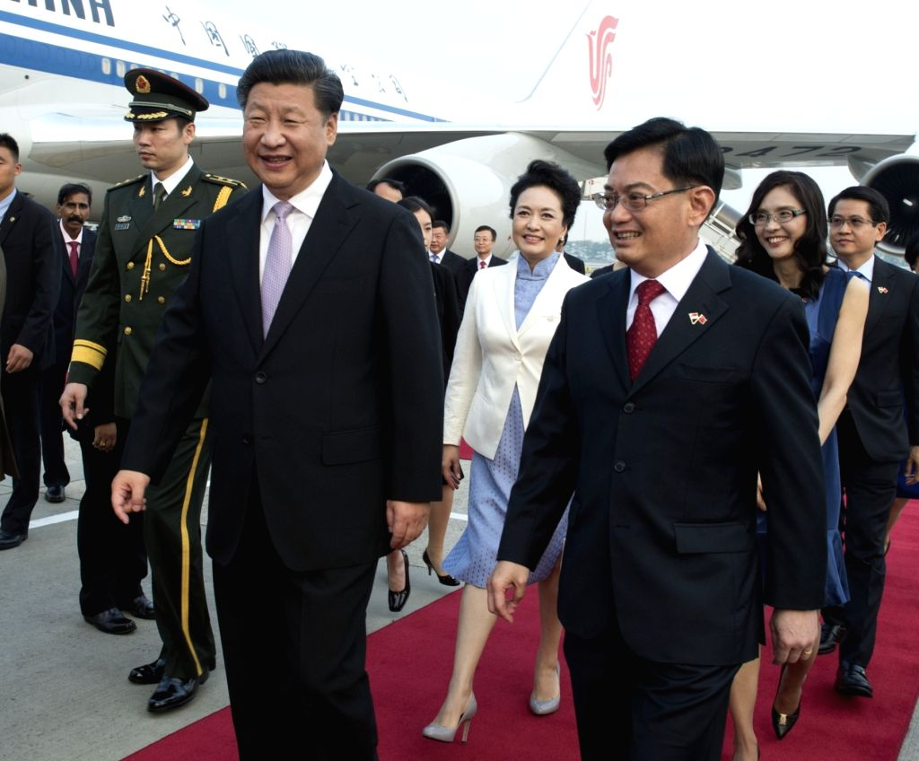 : Chinese President Xi Jinping (L, front) and his wife Peng Liyuan arrive for a two-day state visit in Singapore, Nov. 6, 2015. .