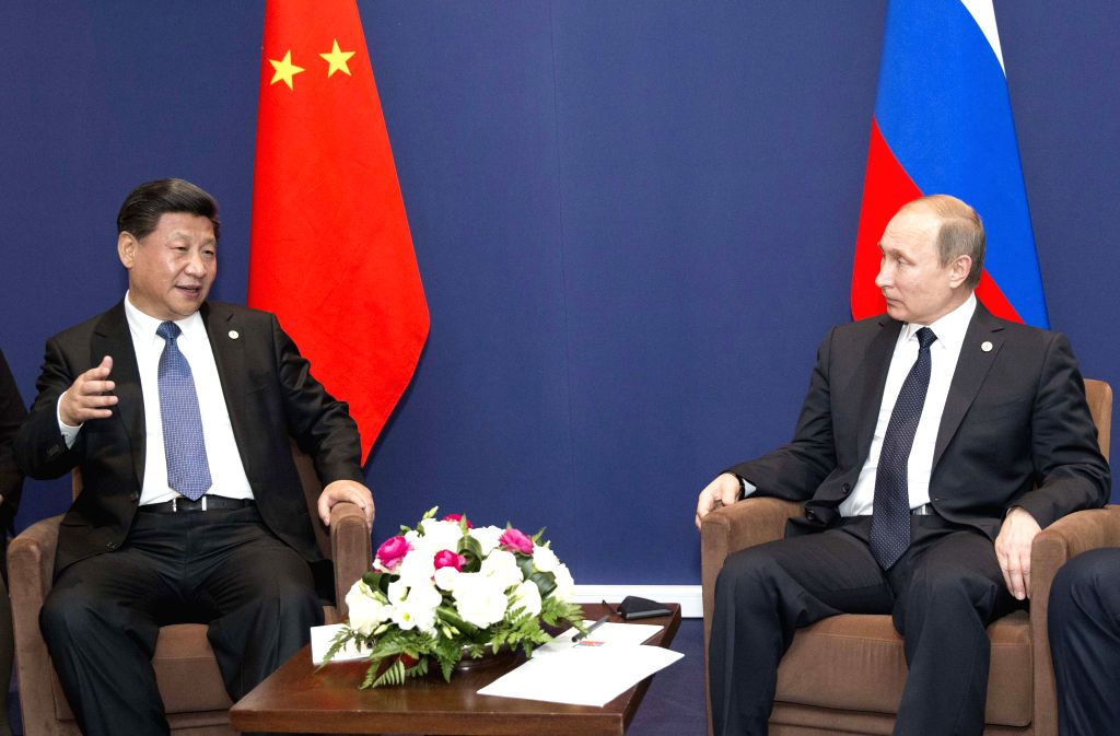 Chinese President Xi Jinping (L) meets with Russian President Vladimir Putin in Paris, France, Nov. 30, 2015. (Xinhua/Huang Jingwen)
