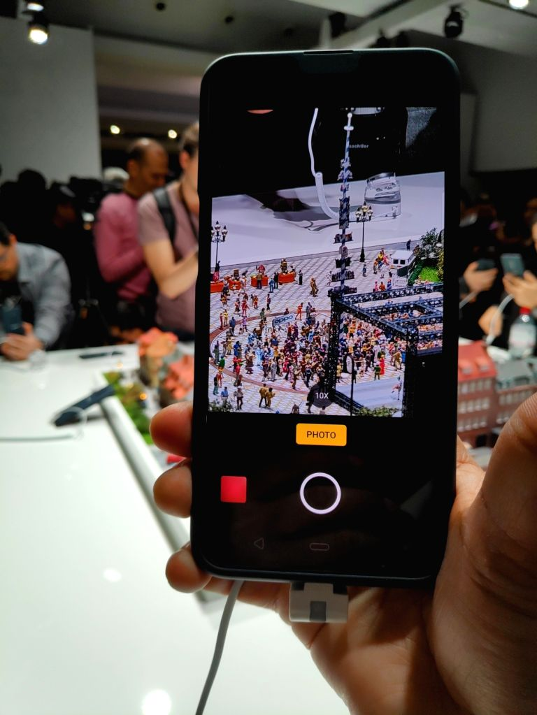 Chinese smartphone maker OPPO showcased its 10x lossless zoom technology on February 23, 2019 in Barcelona, Spain. A smartphone with this technology is expected to be launched in the ...