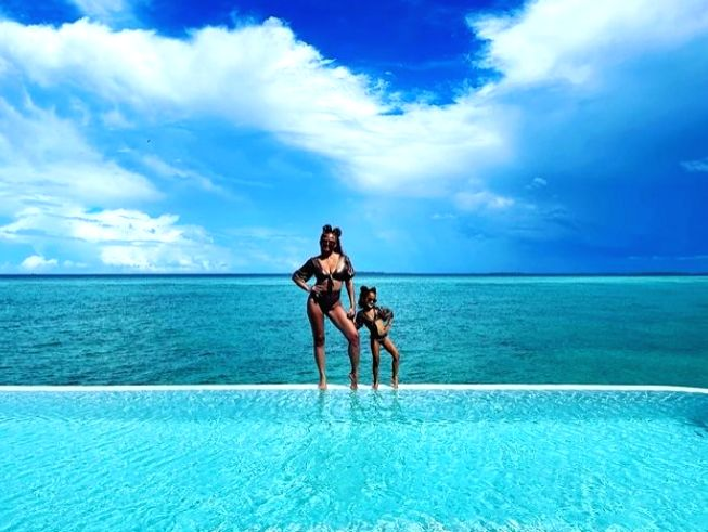 Chrissy Teigen, daughter Luna twin in black bikinis.(photo:Instagram)