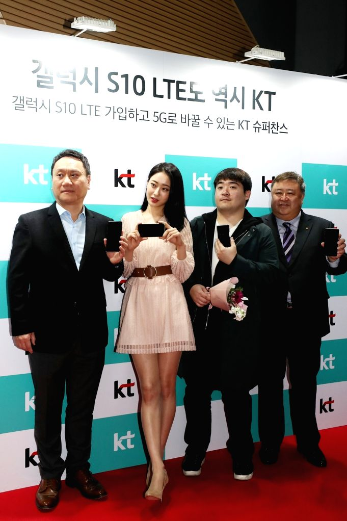 Chung Moon-kyung (2nd from R), a customer of local mobile carrier KT Corp., poses with Samsung Electronics Co. senior official Park Hoon-jong (far L), singer Gyeongree (2nd from L) and KT ...