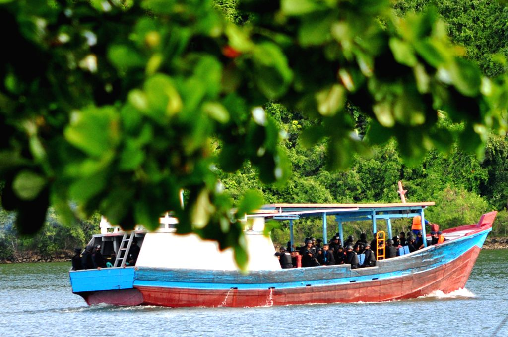 Indonesian mobile brigade police head for security island prison of Nusakambangan in Cilacap, Indonesia, April 28, 2015. Indonesia continues preparations for ...