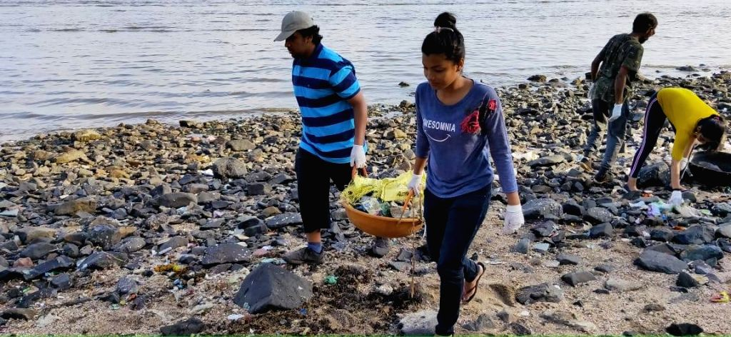 Citizens step forward to clean beaches in Mumbai. (Source: Facebook)