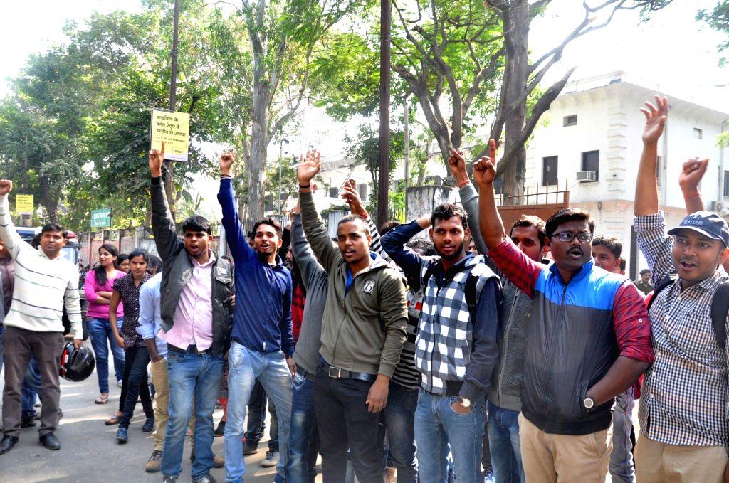 Civil Service aspirants stage a demonstration against Jharkhand Public Service Commission (JPSC) in Ranchi on Nov 28, 2016.