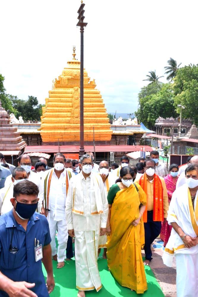 CJI NV Ramana worships at Srisailam Bhramaramba Mallikarjuna temple.