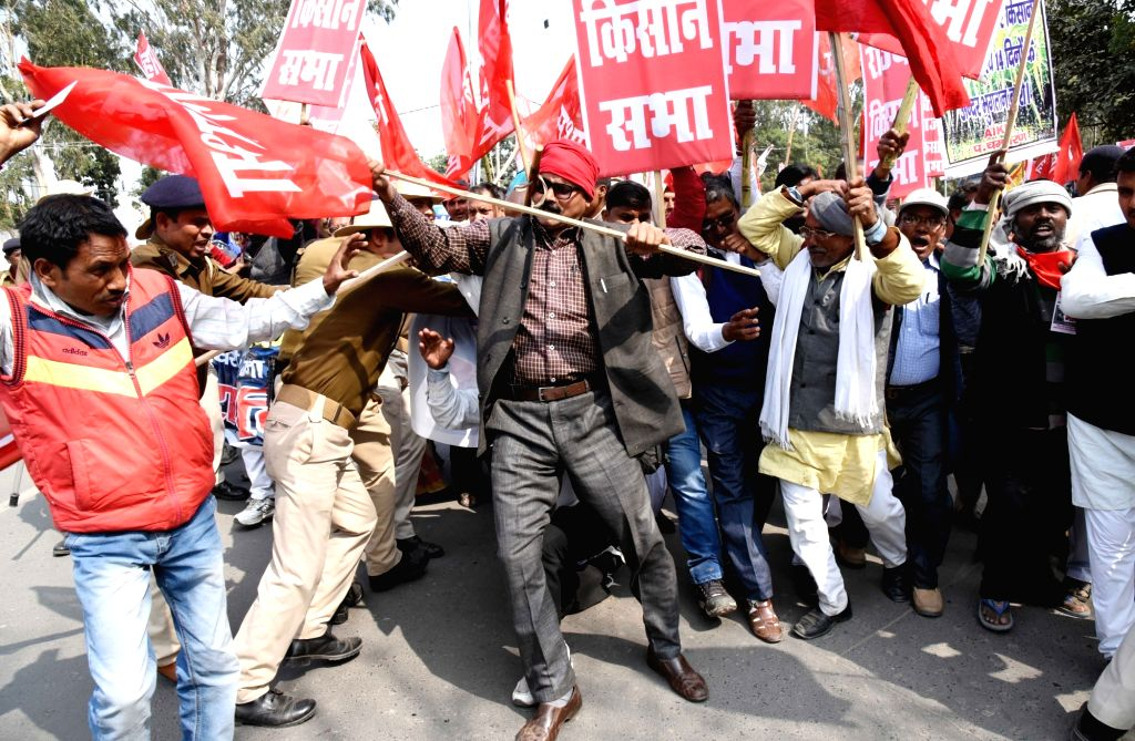 Clashes erupted between security personnel and Akhil Bharatiya Kisan Sabha (AIKS) activists during a demonstration in Patna, on Feb 18, 2019.