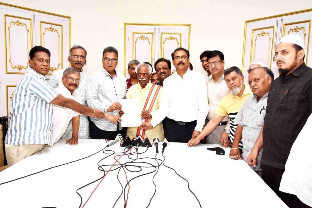 Cloth merchants call on Union Minister Bandaru Dattatreya in Hyderabad, on July 2, 2017. - Bandaru Dattatreya