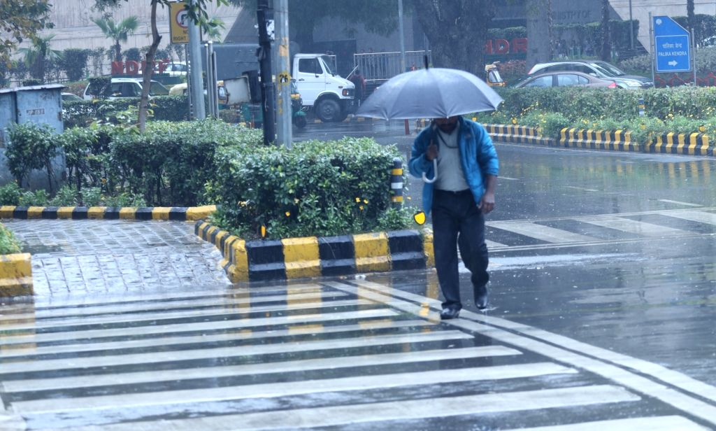 Cloudy sky, rains likely in Delhi; AQI at 336