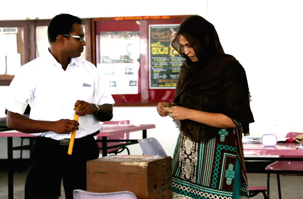 A voter casts her ballot at a polling station in Colombo Jan. 8, 2015. Sri Lanka held presidential election on Thursday.