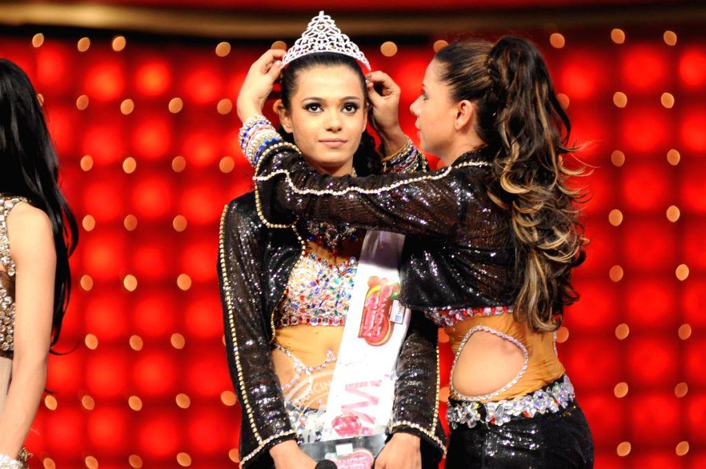 Colors Dancing Queen winner Shamaayal with mentor Sambhavna Seth at the grand finale.