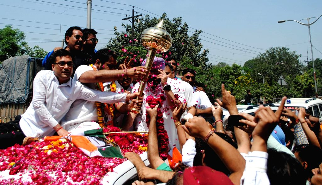 Congress candidate for 2014 Lok Sabha Election from Amritsar, Captain Amarinder Singh during a roadshow in Amritsar on April 16, 2014.