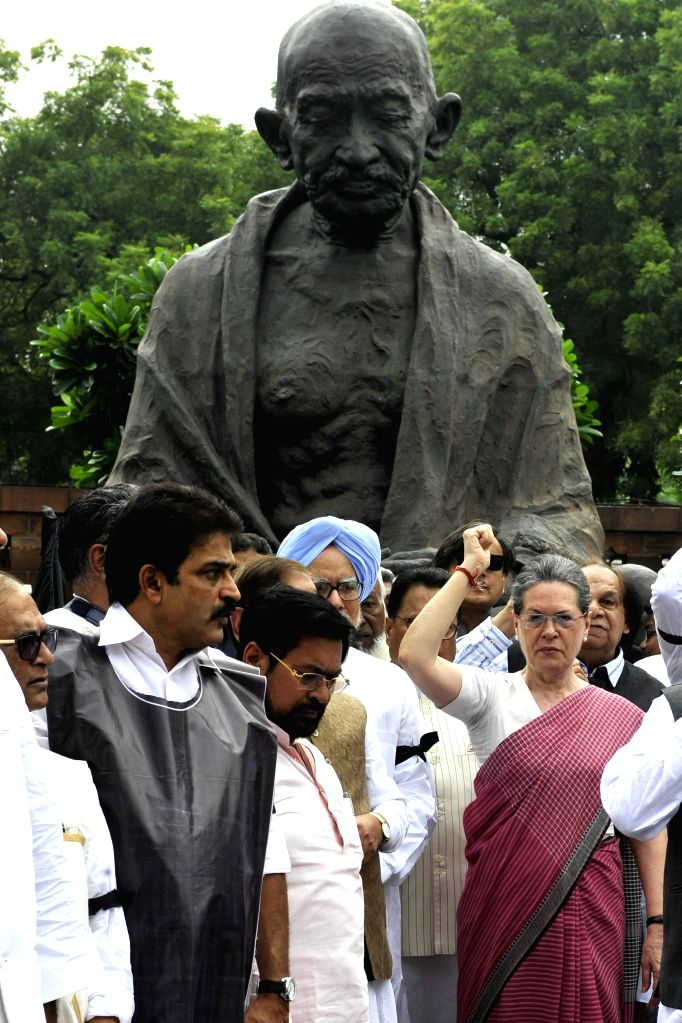 Congress chief Sonia Gandhi, former prime minister Manmohan Singh and other parliamentarians stage a demonstration against suspension of Congress MPs at the Parliament in New Delhi, on Aug ... - Manmohan Singh and Sonia Gandhi