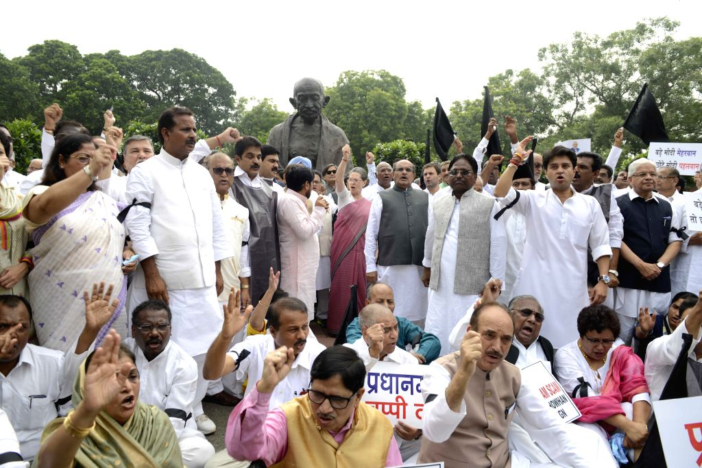 Congress chief Sonia Gandhi, party vice president Rahul Gandhi, party MPs Shashi Tharoor, Ghulam Nabi Azad, Jyotiraditya Scindia and other parliamentarians stage a demonstration against ... - Shashi Tharoor, Sonia Gandhi and Rahul Gandhi