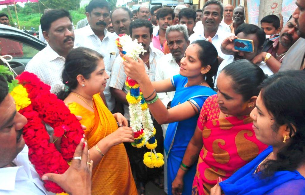 Congress-JD-S coalition candidate for Ramanagar and Karnataka Chief Minister H.D. Kumaraswamy's wife, Anitha Kumaraswamy at a polling booth during Karnataka by polls in Ramanagar on Nov 3, ... - H.