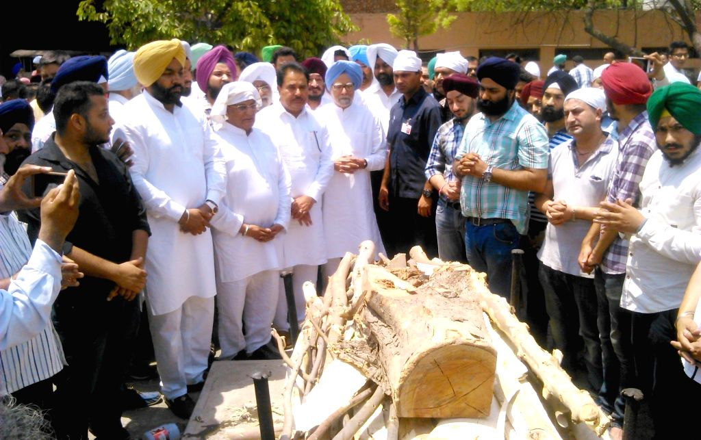 Congress leader and former prime minister of India Manmohan Singh attends the cremation ceremony of his nephew Mandeep Singh Kohli in Amritsar, on May 19, 2016. - Manmohan Singh and Mandeep Singh Kohli
