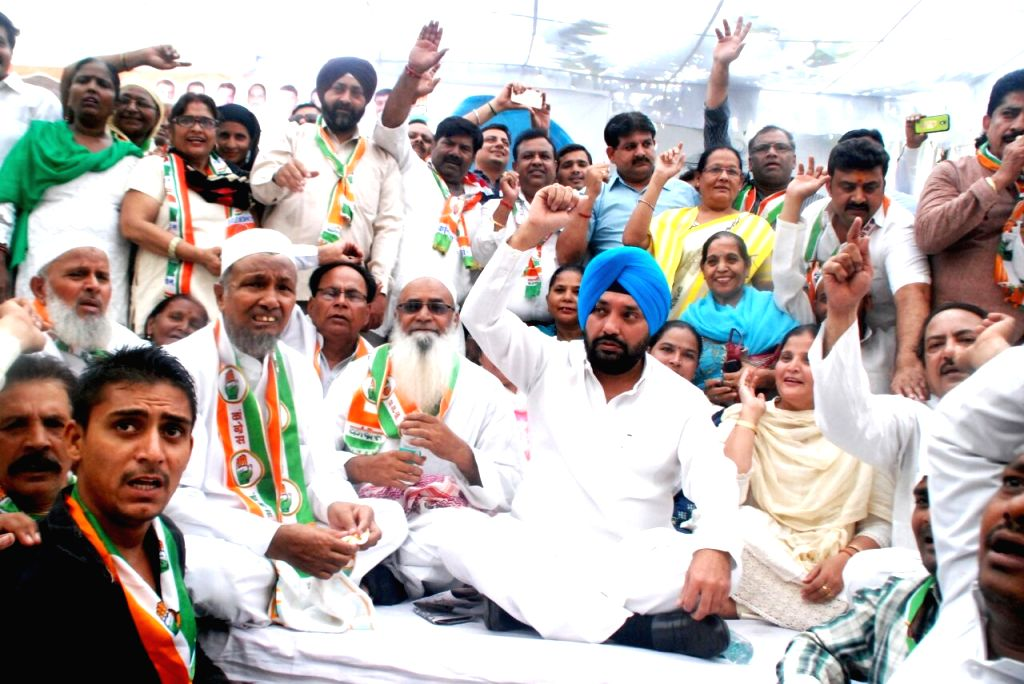Congress leader Arvinder Singh Lovely addresses a party rally in New Delhi on Sept 16, 2016. - Arvinder Singh Lovely