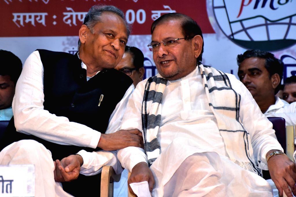 Congress leader Ashok Gehlot and Loktantrik Janata Dal leader Sharad Yadav share a light moment during the Qaumi Ekta Conference, in Jaipur, on Sept 16, 2018. - Sharad Yadav