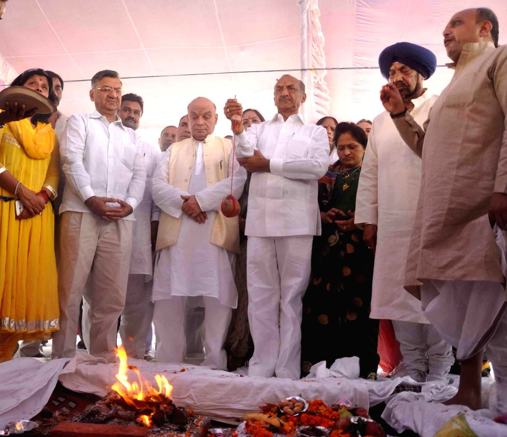 Congress leader J.P.Aggarwal and Rajesh Khanna at he `bhoomi poojan` of Turkman gate Ramleela in New Delhi on Sept 7, 2014. - Rajesh Khanna