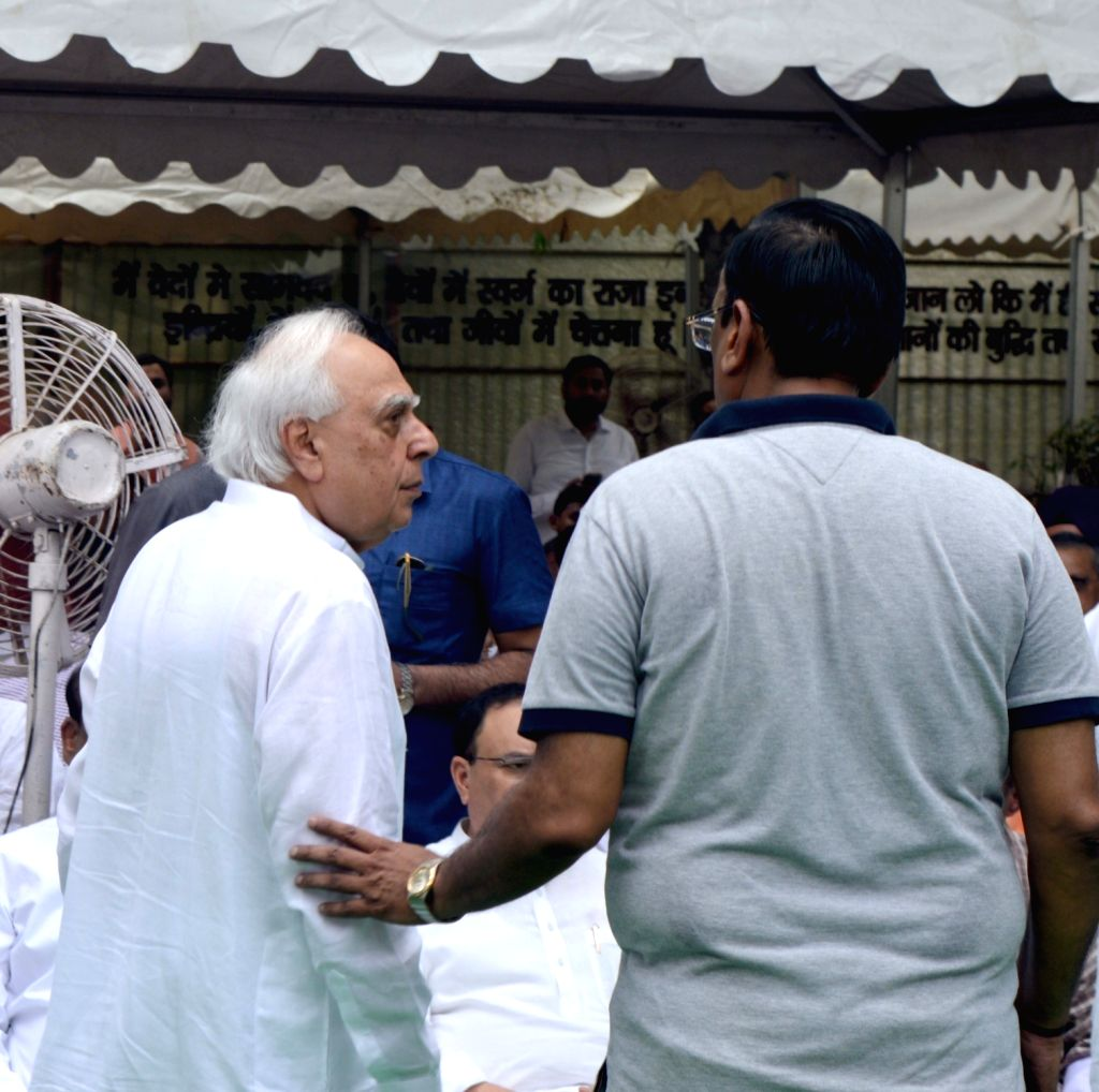 Congress leader Kapil Sibal attends the last rites of former Finance Minister Arun Jaitley at Nigambodh Ghat in New Delhi on Aug 25, 2019. - Arun Jaitley