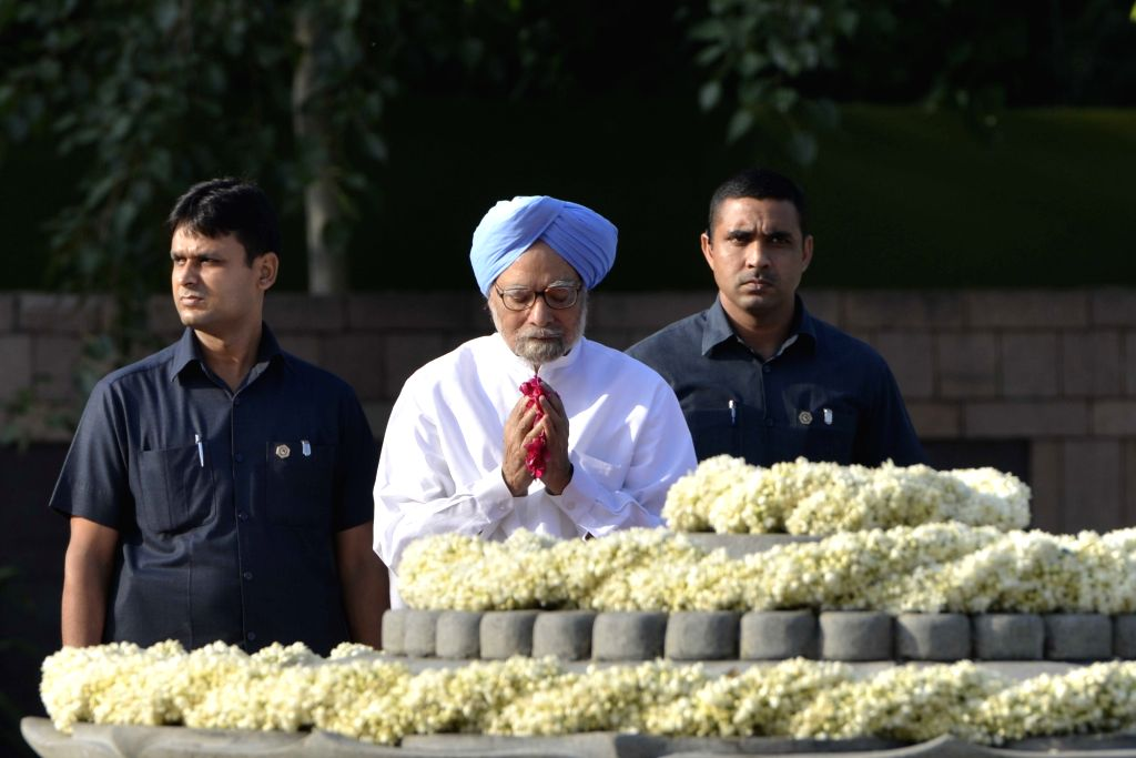 Congress leader Manmohan Singh pays tribute to former Prime Minister late Rajiv Gandhi on his birth anniversary at Veer Bhumi in New Delhi on Aug 20, 2017. - Manmohan Singh