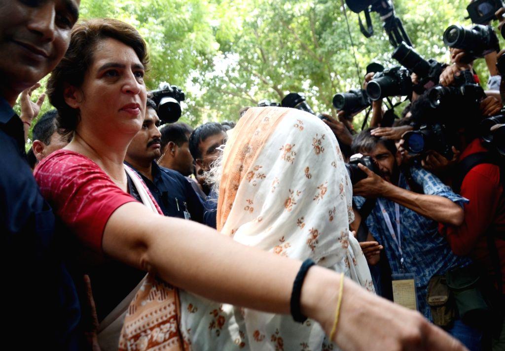 Congress leader Priyanka Gandhi Vadra interacts with an elderly lady at Sardar Patel Vidyalaya where she arrived to cast vote in New Delhi's Lodhi Estate on May 12, 2019. - Priyanka Gandhi Vadra and Sardar Patel Vidyalaya