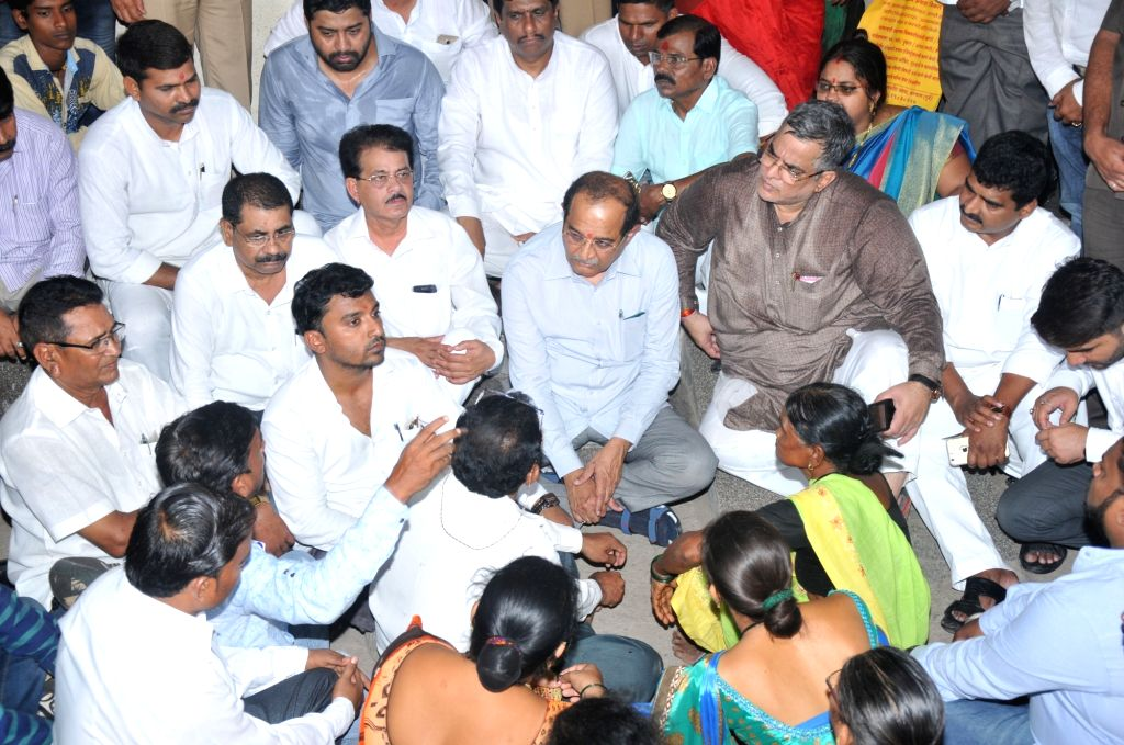 Congress leader Radhakrishna Vikhe Patil meets farmers at a hospital in Kalyan, Maharashtra on June 23, 2017. - Radhakrishna Vikhe Patil