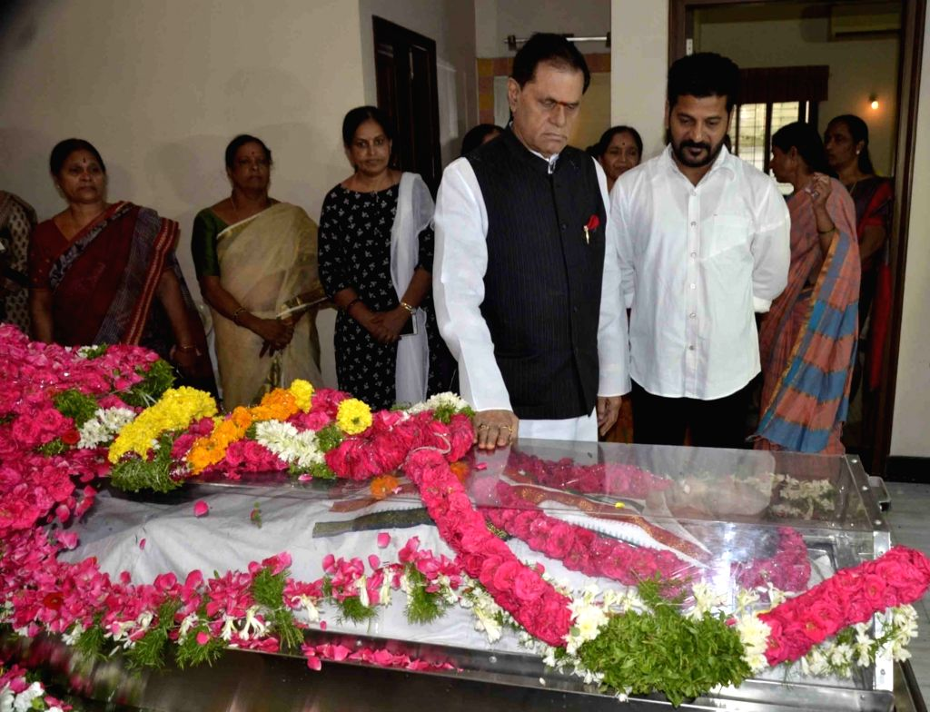 Congress leader T Subbarami Reddy pays homage to senior Congress leader and former Union minister S. Jaipal Reddy in Hyderabad on July 28, 2019. Jaipal Reddy passed away in the early hours ... - S. Jaipal Reddy and T Subbarami Reddy