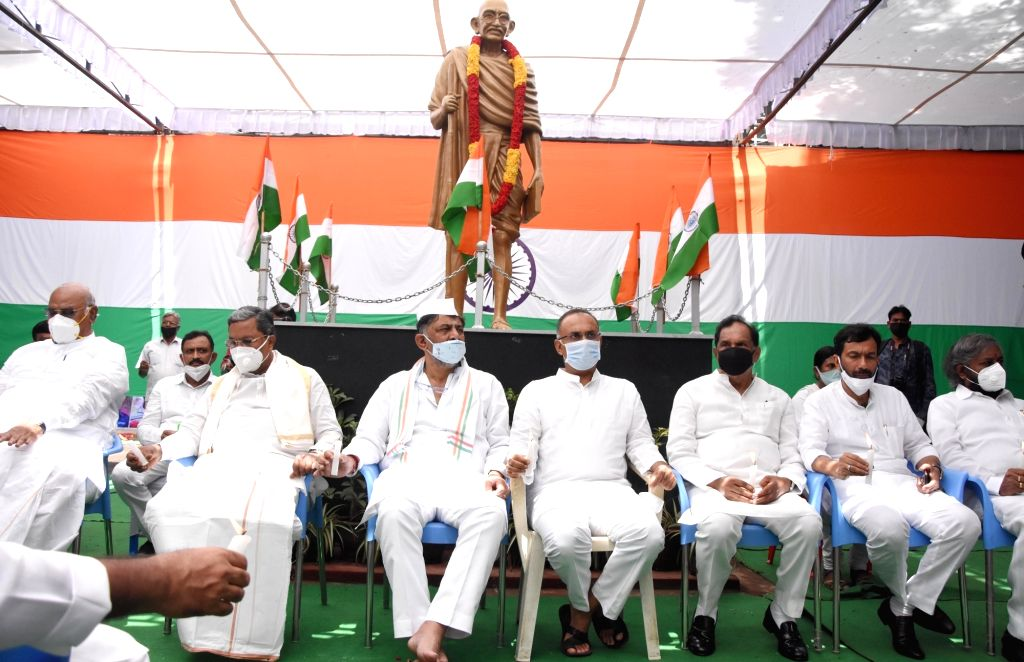 Congress leaders DK Shivakumar, Siddaramaiah, Mallikarjuna Kharge, Dinesh Gundurao, Sallem Ahmed, Eshwar Khandre and others pay tributes to the 20 Indian Army bravehearts who were martyred ...
