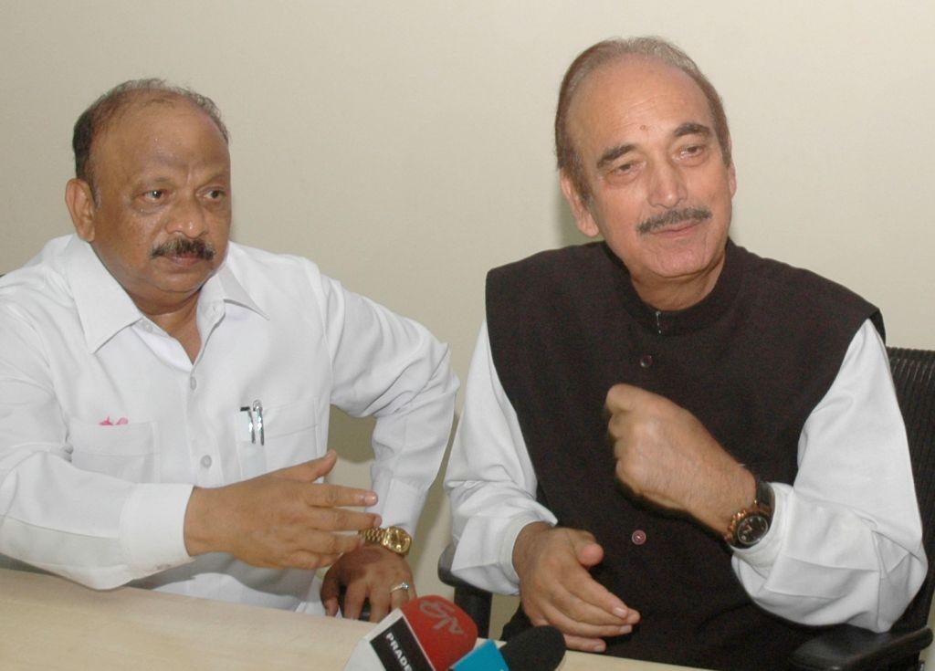 Congress leaders Ghulam Nabi Azad and R. Roshan Baig at Haj Bhawan  that will be inaugurated on 27th Aug; in Bengaluru, on Aug 14, 2016. - R. Roshan Baig