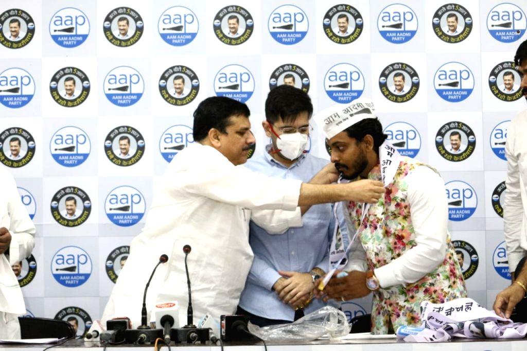 Congress leaders join AAP.
