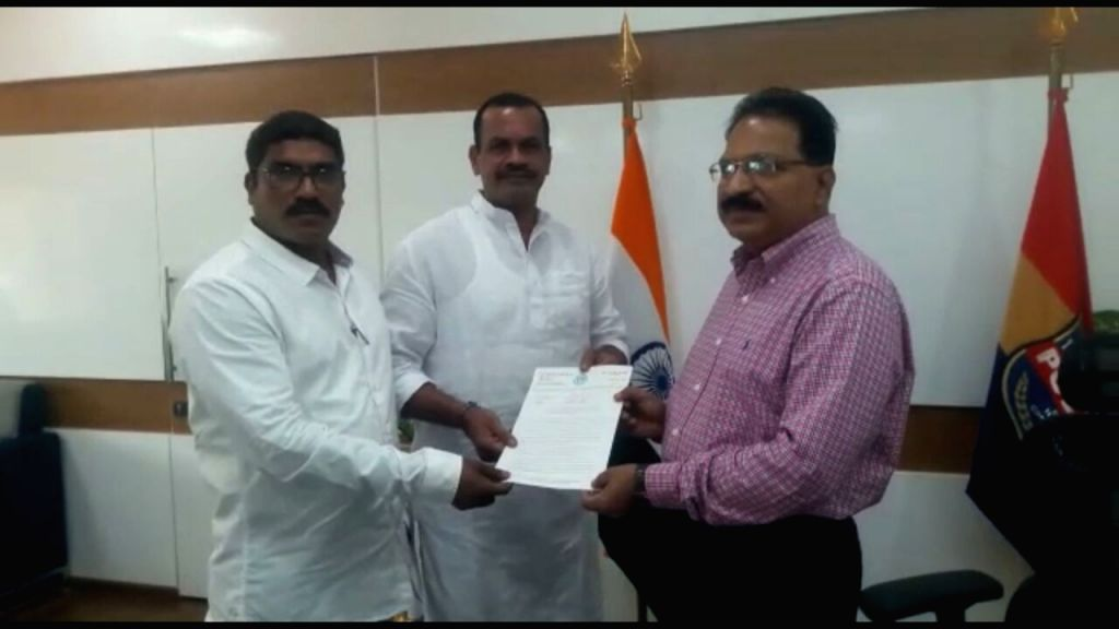 Congress leaders Komatireddy Venkat Reddy and Sanath Kumar meet Hyderabad Police Commissioner M Mahender Reddy, in Hyderabad on May 24, 2018. - Komatireddy Venkat Reddy and Sanath Kumar