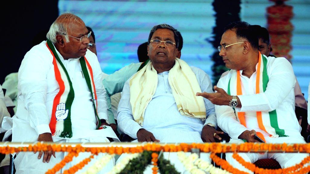 Congress leaders Mallikarjun Kharge, Siddaramaiah and Dinesh Gundu Rao during party President Rahul Gandhi's public rally in Karnataka's Kolar, on April 13, 2019. - Dinesh Gundu Rao and Rahul Gandhi