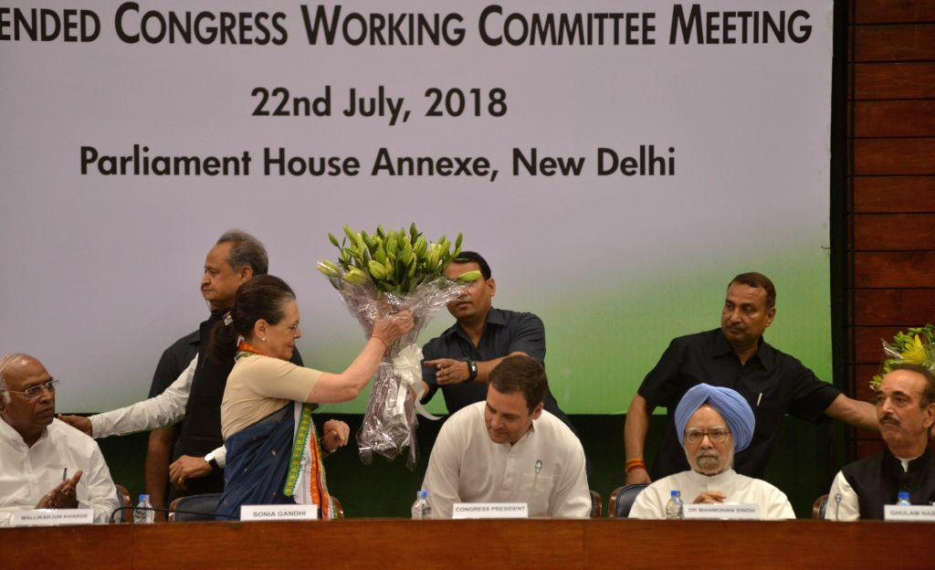 Congress leaders Mallikarjun Kharge, Sonia Gandhi, Rahul Gandhi, Manmohan Singh and Ghulam Nabi Azad during the extended Congress Working Committee (CWC) meeting, in New Delhi on July 22, ... - Sonia Gandhi, Rahul Gandhi and Manmohan Singh
