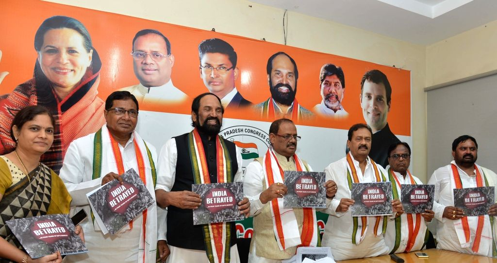 Congress leaders N. Uttam Kumar Reddy, K. Jana Reddy, RC Khuntia and other party leaders with the party's protest posters for 'Vishwashghaat' (India Betrayed) Campaign - which highlights ... - K. Jana Reddy