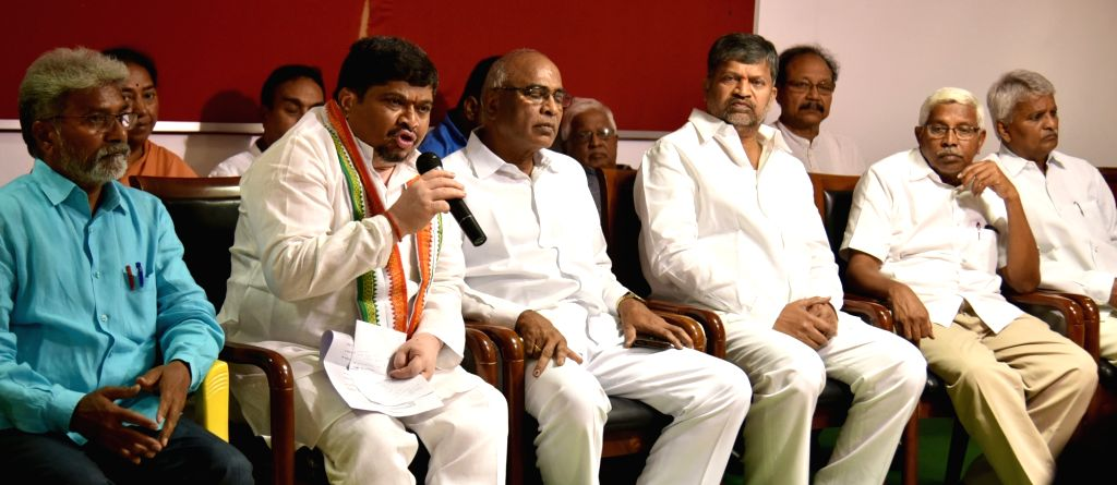 Congress leaders Ponnam Prabhakar Goud accompanied by CPI's Telangana President Venkat Reddy, TDP leader L. Ramana and Telangana Jana Samithi leader M. Kodandaram, addresses a press ... - Venkat Reddy