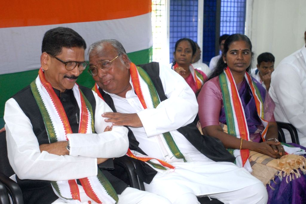 Congress leaders Shashidhar Reddy and V. Hanumantha Rao in a conversation during a party meeting, in Hyderabad on July 16, 2018. - Shashidhar Reddy and V. Hanumantha Rao