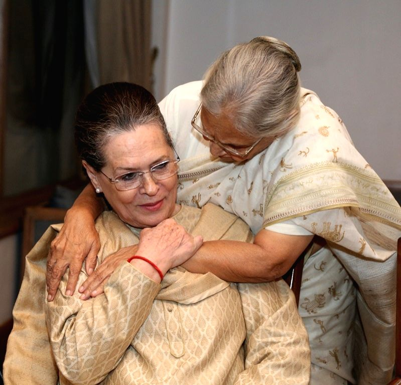 Congress leaders Sheila Dikshit and Sonia Gandhi at the launch of Seema Goswami's book 'Race Course Road' at Taj Mahal Hotel in New Delhi on April 4, 2018. - Sheila Dikshit, Sonia Gandhi and Seema Goswami