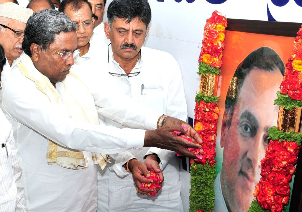 Congress leaders Siddaramaiah and D. K. Shivakumar pay tributes to  former Primer Minister Rajiv Gandhi on his 27th death anniversary, in Bengaluru on May 21, 2018. - Rajiv Gandhi
