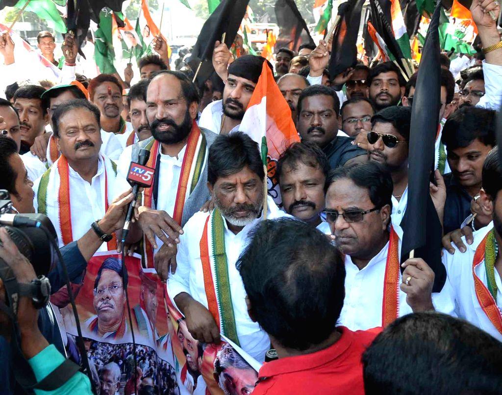Congress leaders stage demonstration against demonetisation in Hyderabad, on Nov 28, 2016.