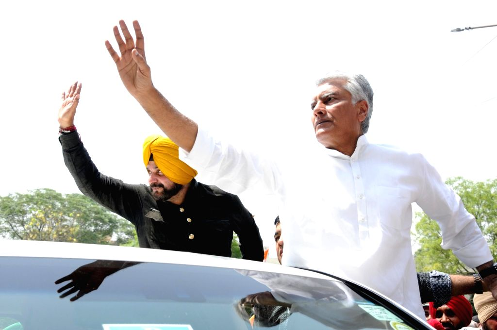 Congress leaders Sunil Kumar Jakhar and Navjot Singh Sidhu along with party workers, stage a demonstration against hike in the prices of petrol and diesel, in Amritsar on May 31, 2018. - Sunil Kumar Jakhar and Navjot Singh Sidhu