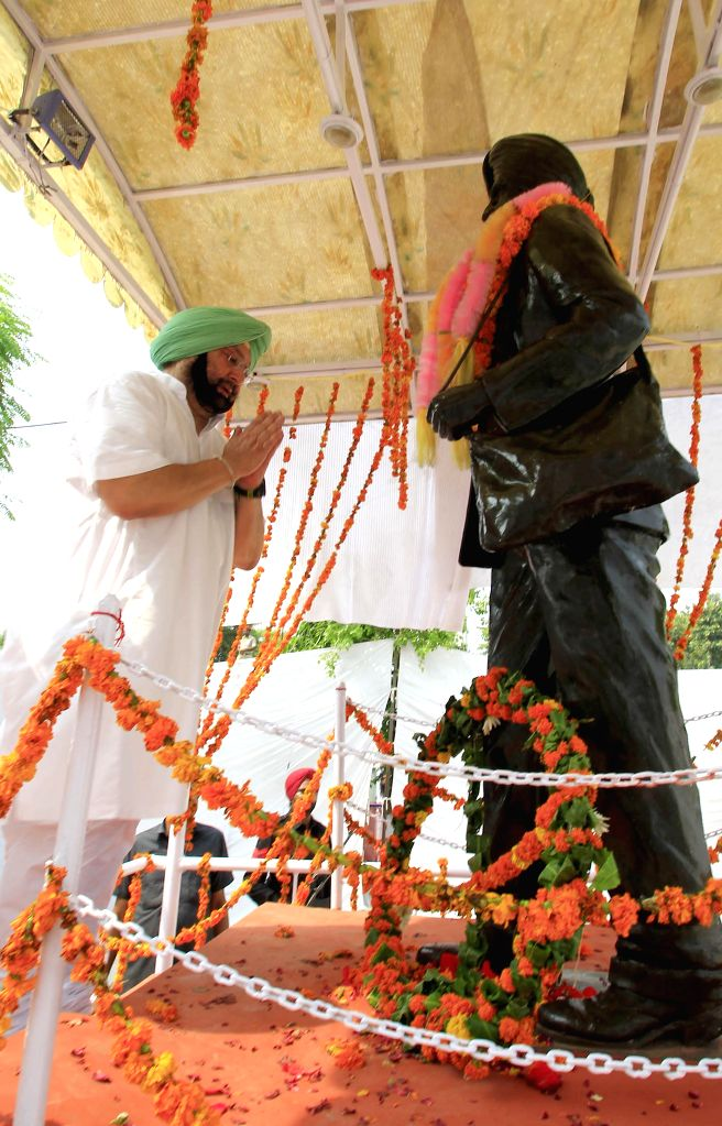 Congress MP Capt Amarinder Singh pays tribute to the statue of martyr Karnail Singh Isru on the occasion of 69th ``Independence Day`` celebration at Isru village in Khanna, Punjab, on Aug 15, ... - Capt Amarinder Singh