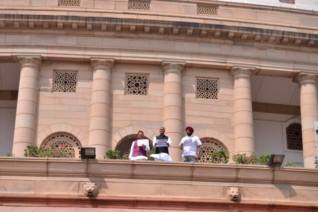 Congress MPs from Punjab Santokh Singh Chaudhary, Sunil Kumar Jakhar and Ravneet Singh stage a demonstration to demand financial help for families of those who were killed by ISIS in ... - Santokh Singh Chaudhary, Sunil Kumar Jakhar and Ravneet Singh