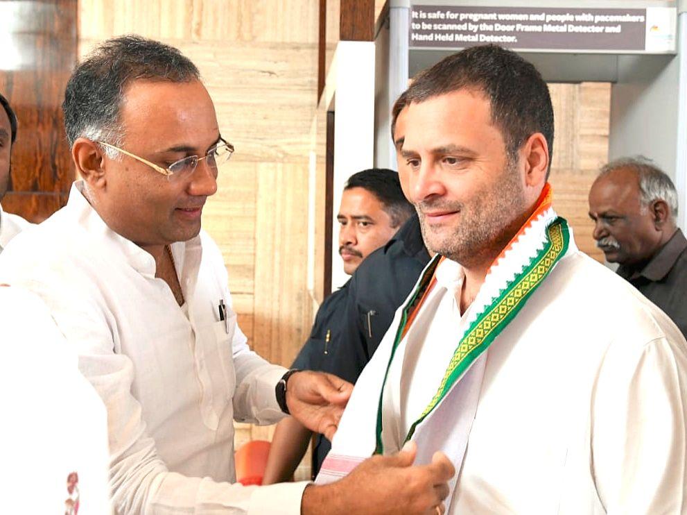 Congress president Rahul Gandhi and Karnataka party president Dinesh Gundu Rao. (Photo: IANS) - Rahul Gandhi and Dinesh Gundu Rao