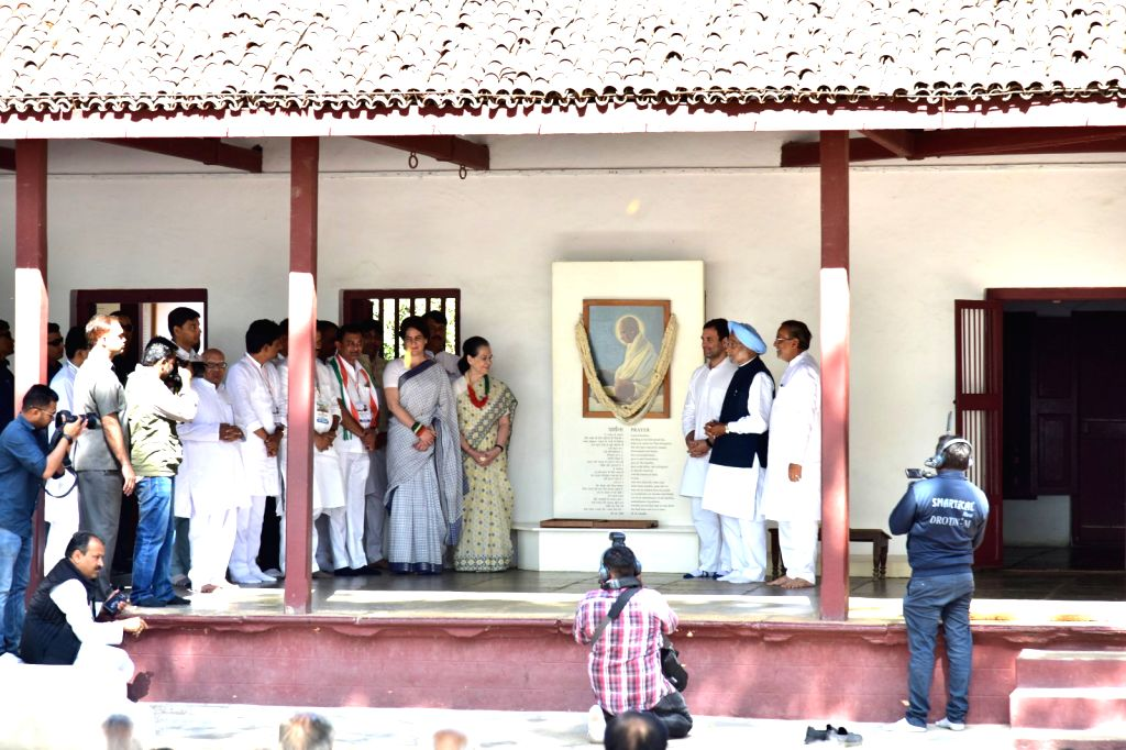Congress President Rahul Gandhi and party General Secretary (Uttar Pradesh East) Priyanka Gandhi, Former Prime Minister Manmohan Singh and UPA chairperson Sonia Gandhi pay tribute to ... - Manmohan Singh, Rahul Gandhi, Priyanka Gandhi and Sonia Gandhi