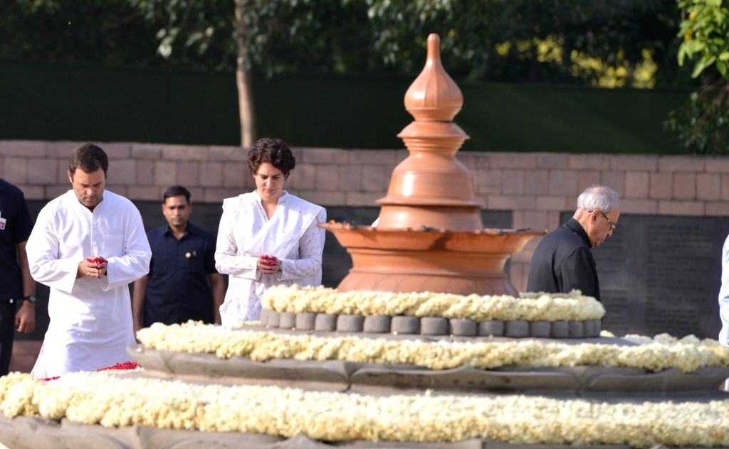 Congress President Rahul Gandhi and Priyanka Gandhi pay homage to former Prime Minister Rajiv Gandhi on his 27th death anniversary at Vir Bhumi in New Delhi on May 21, 2018. - Rajiv Gandhi, Rahul Gandhi and Priyanka Gandhi