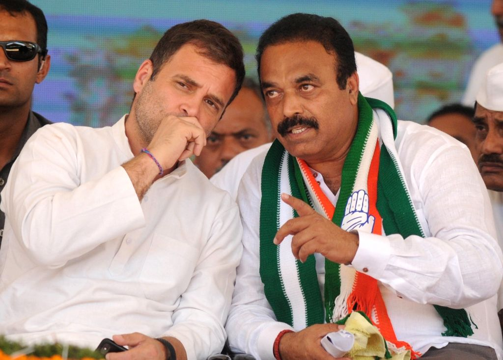 Congress President Rahul Gandhi in a conversation with District party President Chandra Reddy during a public rally in Karnataka's Kolar, on April 13, 2019. - Rahul Gandhi and Chandra Reddy